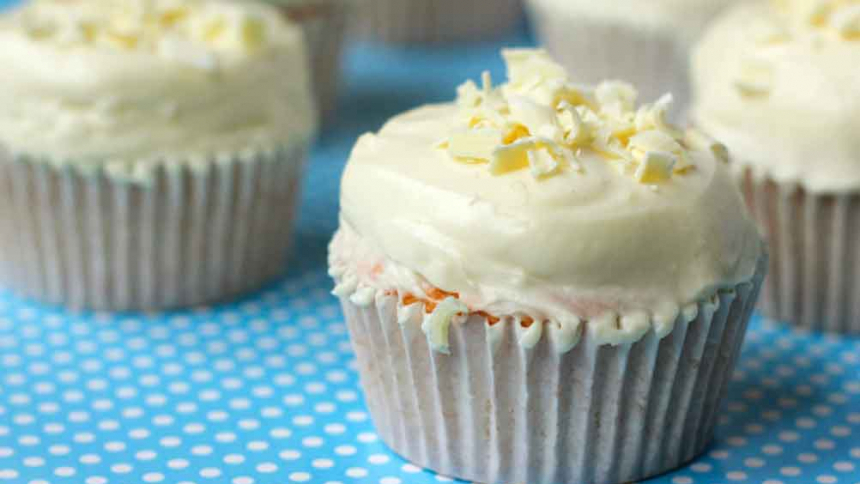 Cupcakes con frosting de chocolate blanco