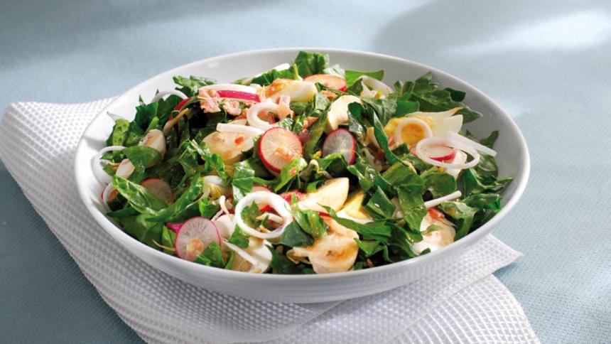 Ensalada de espinaca, huevo y tocino