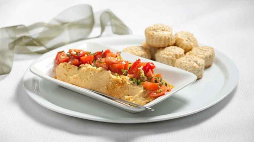 Paté de garbanzos con tomate y aceite de oliva