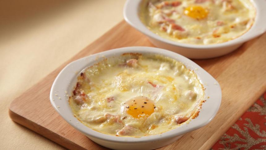 Huevos con salsa blanca y jamón