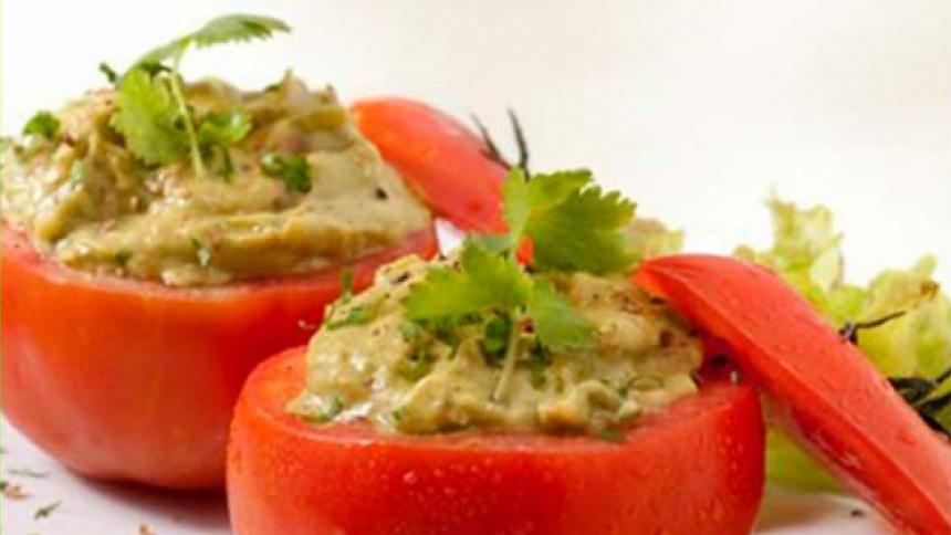Tomates rellenos con palta al cilantro