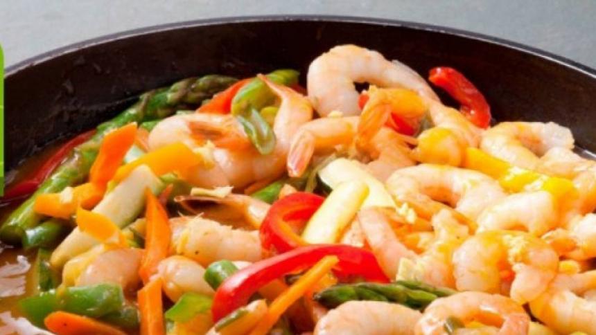 Salteado de camarones con verduras y salsa cantonesa