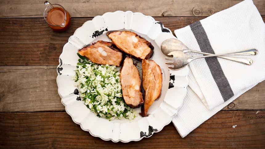 Costillas de cerdo con salsa agridulce y acompañado de arroz con espinaca