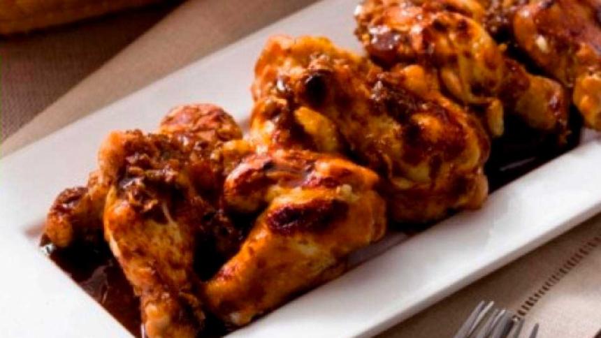 Alitas de pollo a la parrilla marinadas en soya