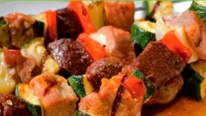 Brochetas de carne, cerdo y verduras a la parrilla