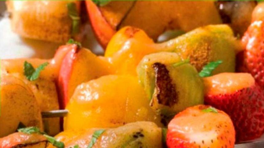 Brochetas de frutas a la parrilla con salsa de miel