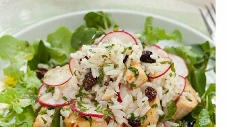 Ensalada de arroz frío con pollo y rabanitos