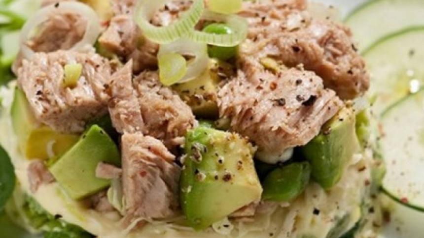 Molde de atún con verduras frescas