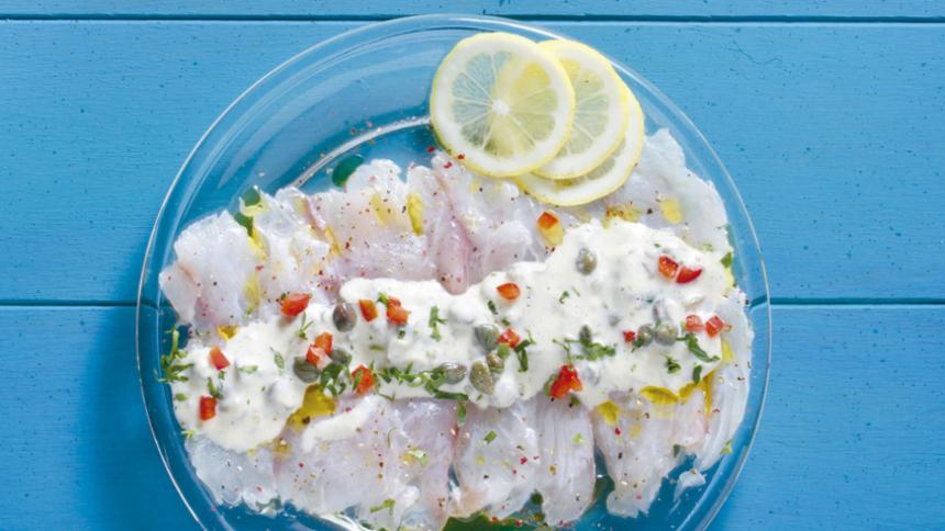 Carpaccio de pescado con salsa de alcaparras