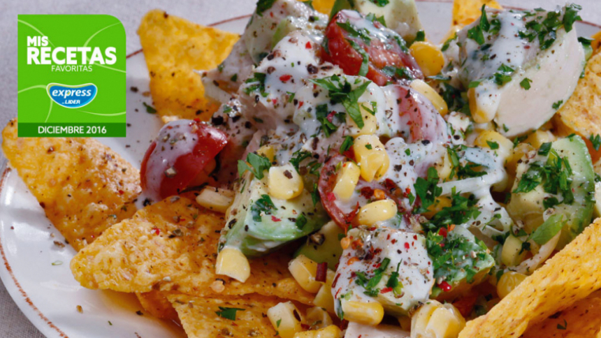 Ensalada de pollo mexicano sobre chips de tortillas Para 4 personas