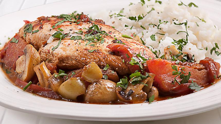 Pollo con aceitunas verdes tomate y pimentón