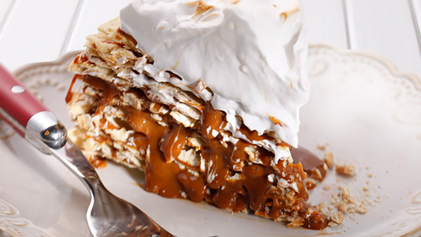 Torta de hojarascas con manjar y topping de merengue