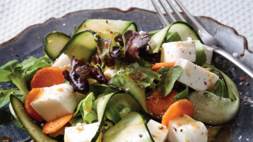 Ensalada verde con quesillo, pepino y zanahoria