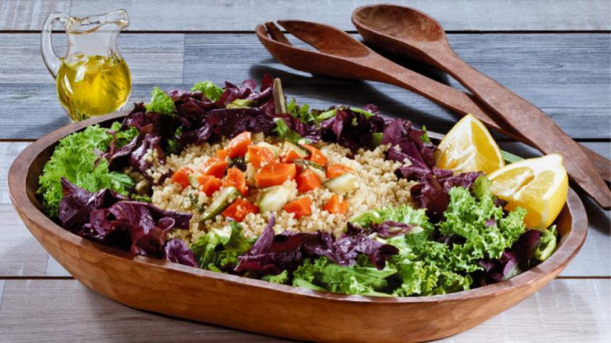 Ensalada mix verde de escarola kale y albahaca, quinoa y verduras asadas