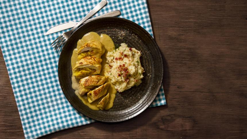 Filete de pechuga de pollo rellena con manzanas al curry acompañado de puré rústico
