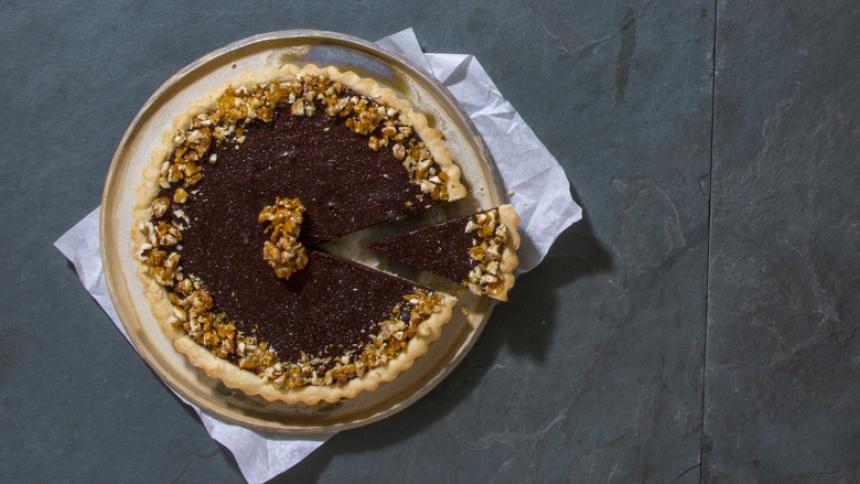Tarta tibia de chocolate con nueces acarameladas