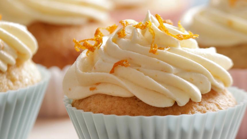 Cupcake de vainilla con glaseado de naranja