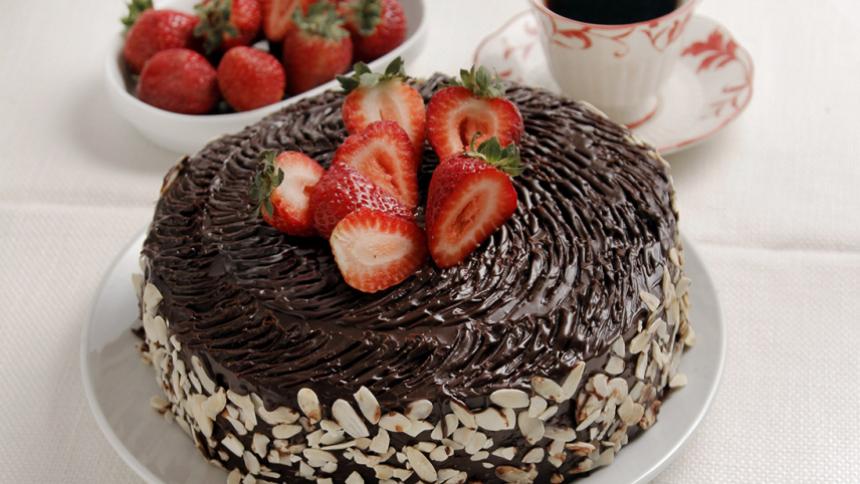 Torta de chocolate y frutillas