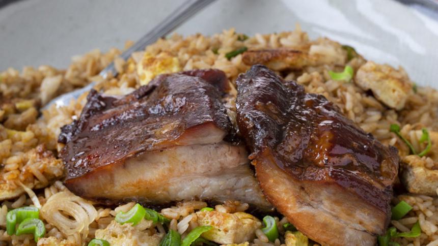 Costillar de cerdo con arroz chaufa