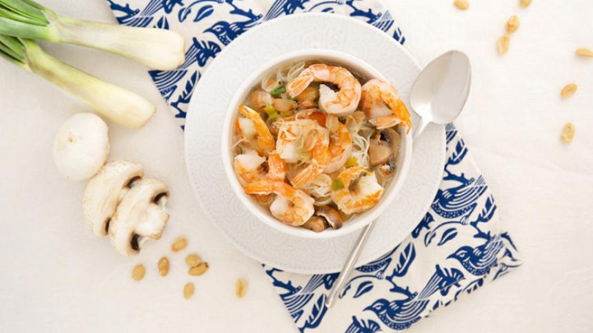 Sopa de camarones con tallarines de arroz con maní