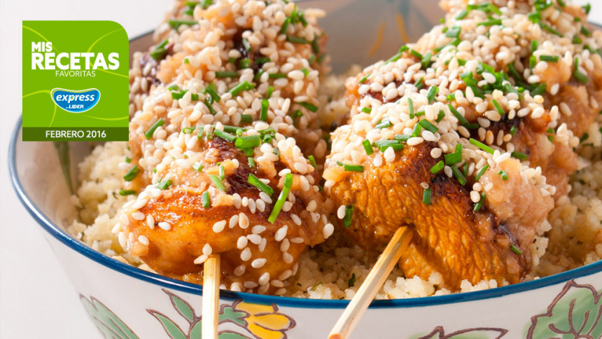 Brochetas de pollo agridulce con sésamo y couscous a las hierbas