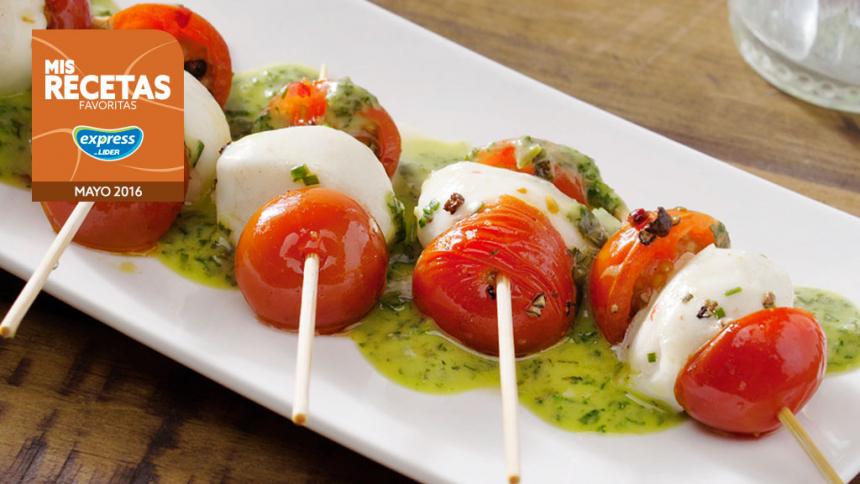 Brochetas tibias de tomate, queso de cabra y aliño de hierbas frescas