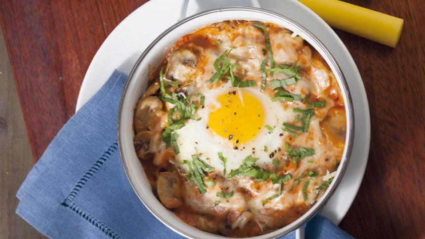 Huevos al horno con salsa de champiñones
