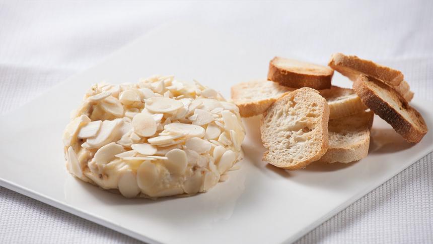 Queso camembert al vino blanco con almendras