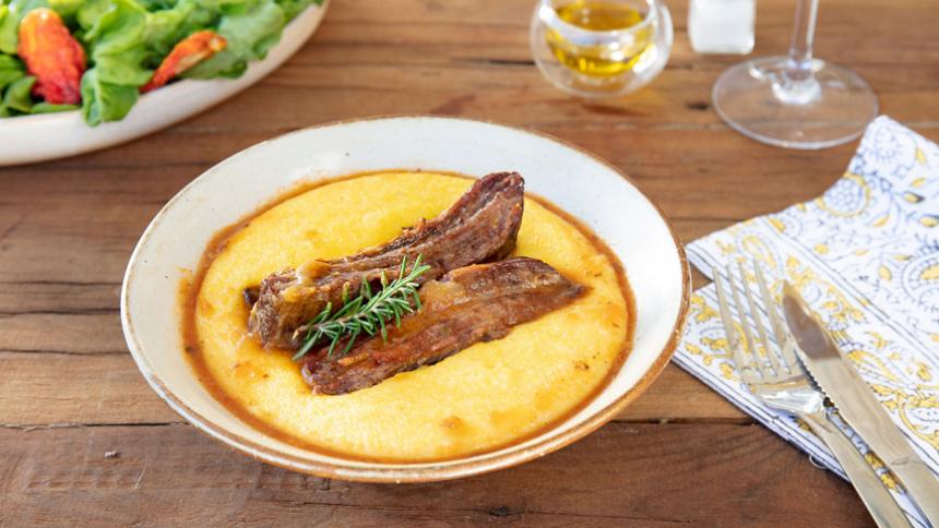 Polenta cremosa con ragú de carne
