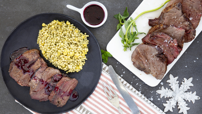 Filete con salsa al vino tinto con ensalada de pasta y aliño de albahaca