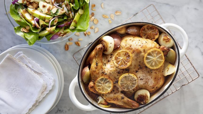 Pollo horneado al limón y orégano con ensalada de manzana y almendras