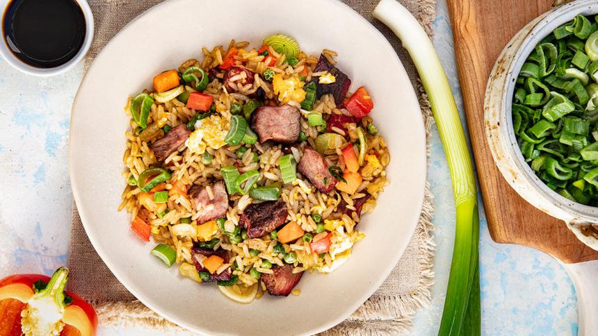 Wok con verduras, arroz y carne picada de la parrilla